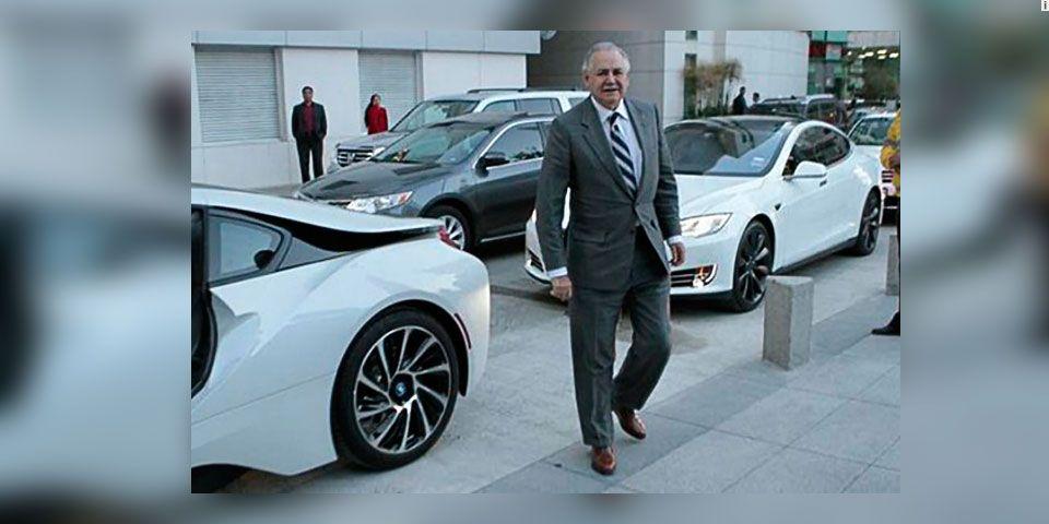 Raúl Salinas llega en lujoso auto a un acto público - Raúl Salinas