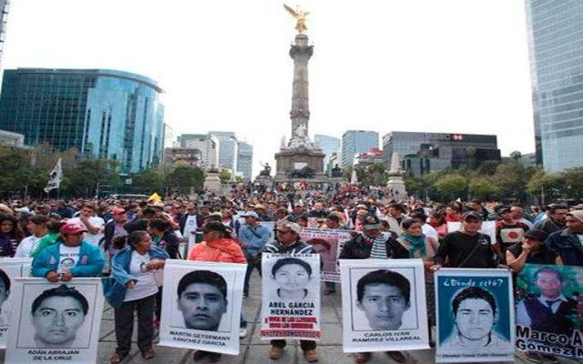 PGR vuelve a reunirse con padres de normalistas - Marcha en Reforma por normalistas