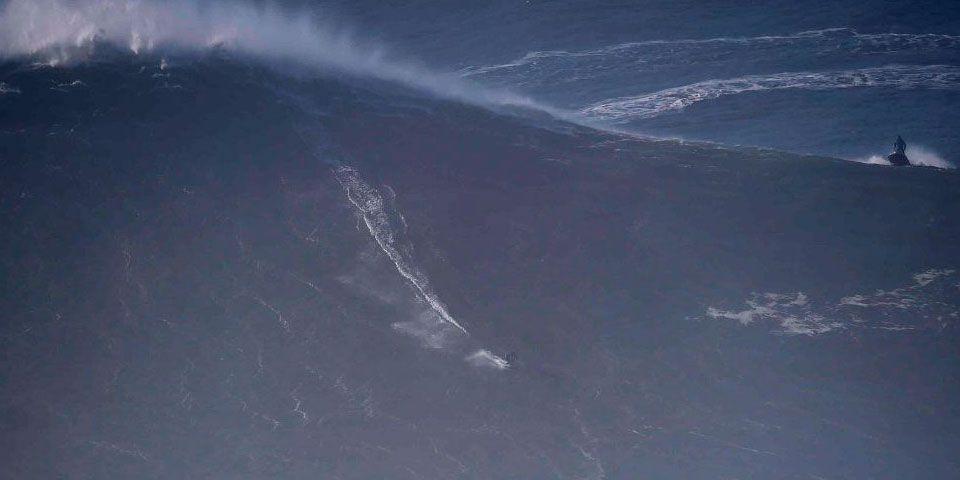 Francés rompería récord mundial al surfear ola de 33 metros - Foto de AFP