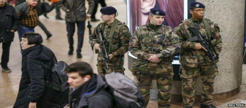Tropas belgas cuidan sitios estratégicos - tropas belgas vigilando_ap