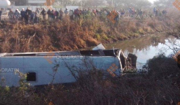 Cae camión de pasajeros a un canal en Querétaro - autobus choque
