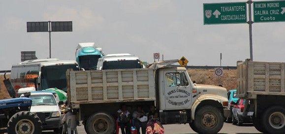 Bloqueo de comuneros en Oaxaca lleva 28 horas - Bloqueo de comuneros en Oaxaca