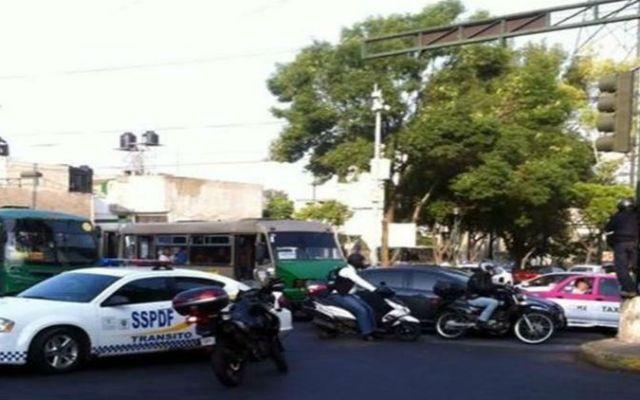 Segundo día de bloqueos en Eje 10 Sur - Foto de Reforma