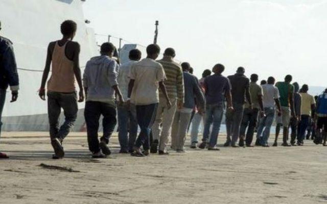 Mueren 400 al hundirse embarcación en el Mediterráneo - Inmigrantes africanos