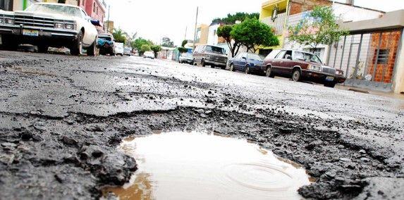 La póliza del DF que le paga daños por baches - Mancera anunció un programa de bacheo. Foto de Internet