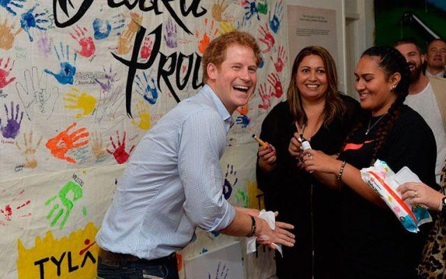 El príncipe Harry muestra su lado más bromista