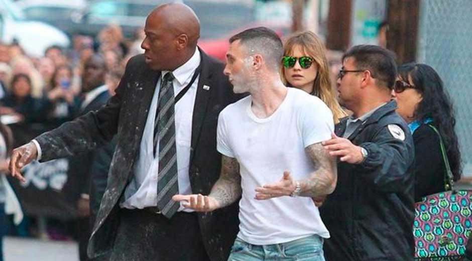 Atacan con bomba de azúcar a vocalista de Maroon 5 - Atacan con bomba de azúcar a vocalista de Maroon 5
