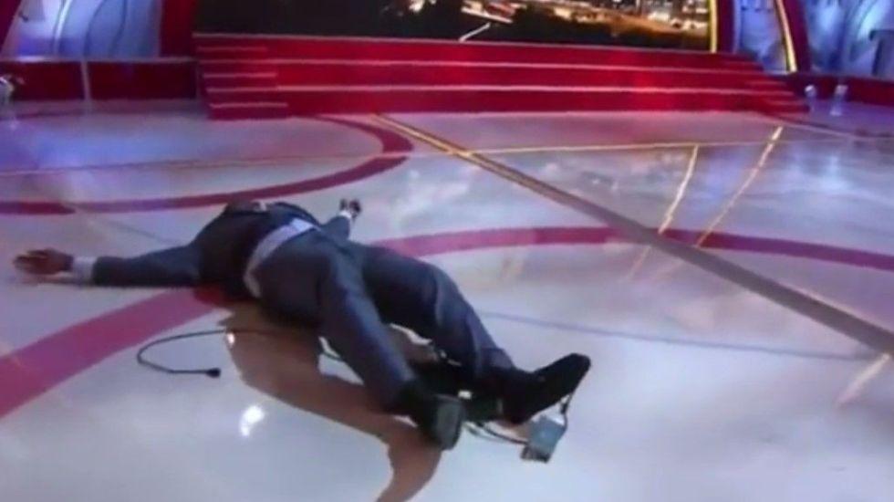 Video: caída de Shaquille O'Neal en foro de televisión - Shaquille O\'Neal