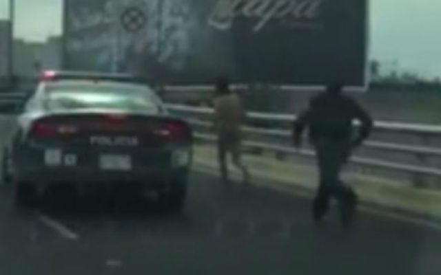 Policía capitalino no logra de detener a un hombre en Periférico - Foto de Facebook.