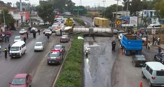 Volcadura de pipa en la Lechería-Texcoco deja un muerto - Emilio Fernández