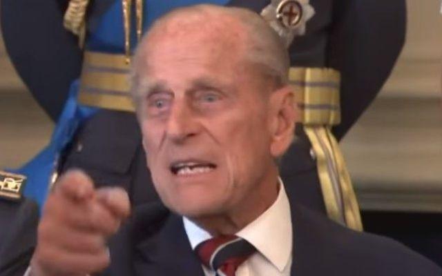Príncipe Felipe grita a fotógrafo - Foto de YouTube