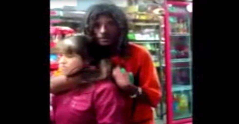 Indigente amenaza a vendedora con un bisturí - Foto de YouTube