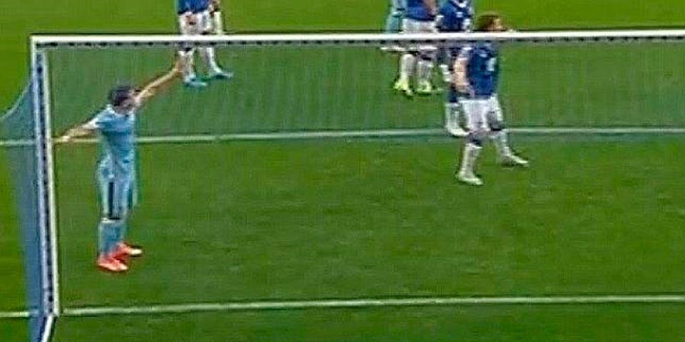 Kun Agüero detiene juego para ayudar a aficionado - Foto de Youtube