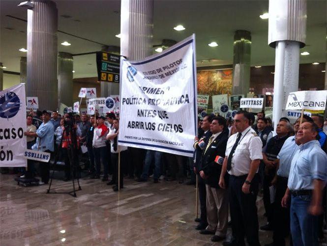 Manifestantes bloquean acceso del AICM - Foto de Excélsior