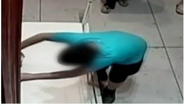 Video: niño tropieza y rompe pintura millonaria