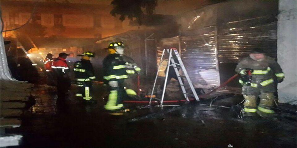 Un incendio consume cinco locales de Plaza del Estudiante - Foto de Mauricio Hernández.