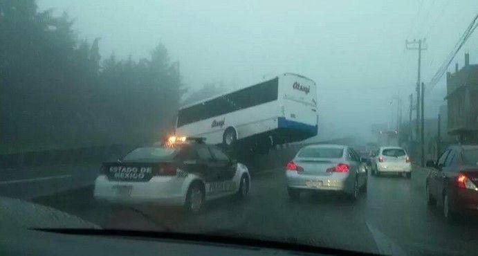 Camión de pasajeros queda atorado en vialidad de Toluca
