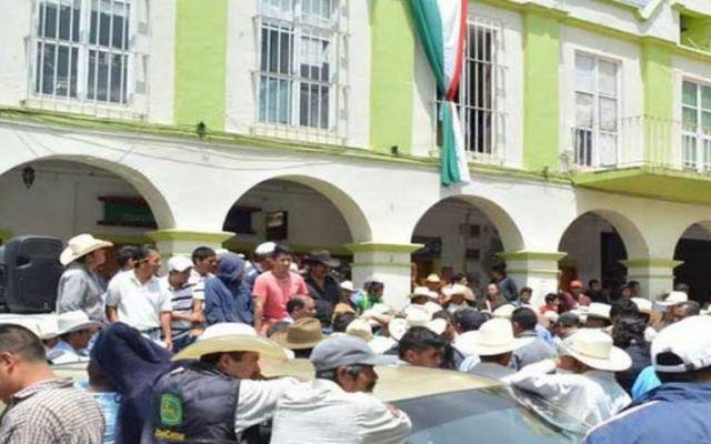 Retienen a alcalde de Tetela del Volcán - Foto de Excélsior