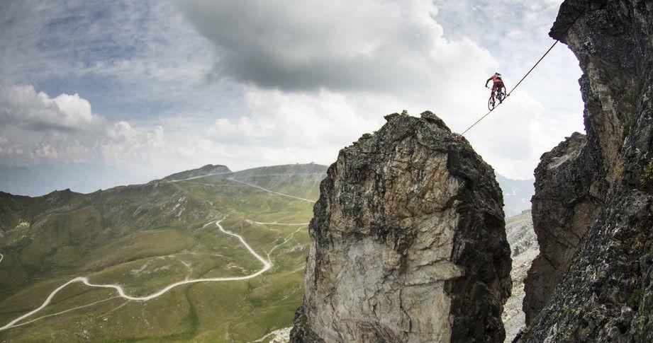 Ciclista Belga cruza cuerda a más de 2 mil 500 metros de altura - Foto de Red Bull