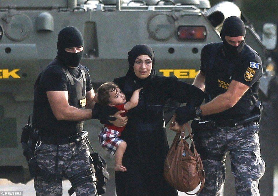 Sirios se enfrentan contra policías húngaros en frontera con Serbia - Foto de Reuters