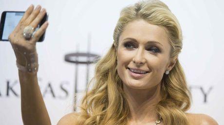 Encuentran anillo de diamantes perdido de Paris Hilton