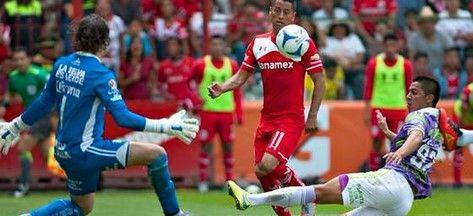 Toluca rescata empate en casa con Jaguares - Villalpando atajando una llegada del Toluca - Foto de Twitter