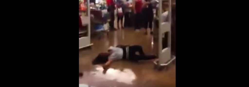 Video: esposan del pie a mujer en un supermercado - Foto de YouTube