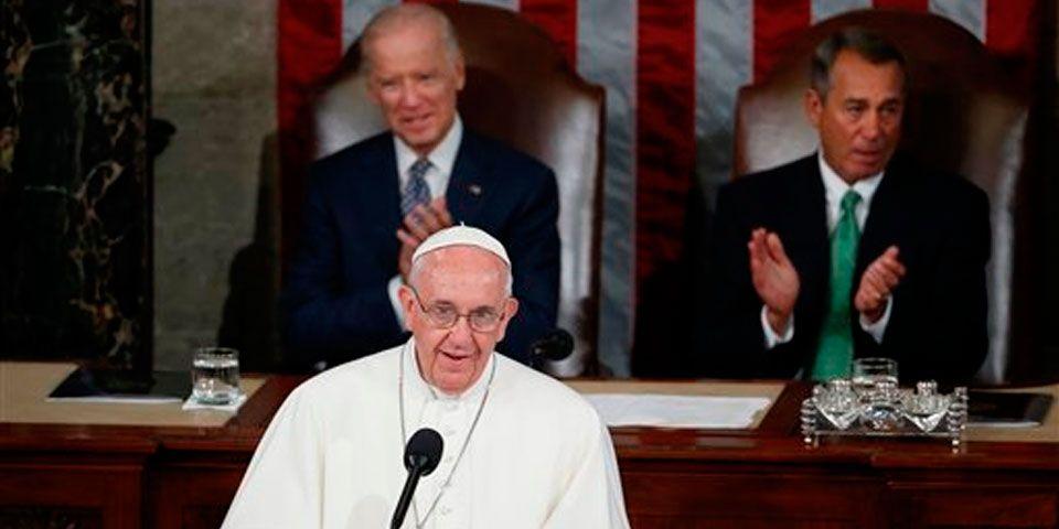 Papa Francisco pide recibir a inmigrantes 'como seres humanos' - Foto de AP