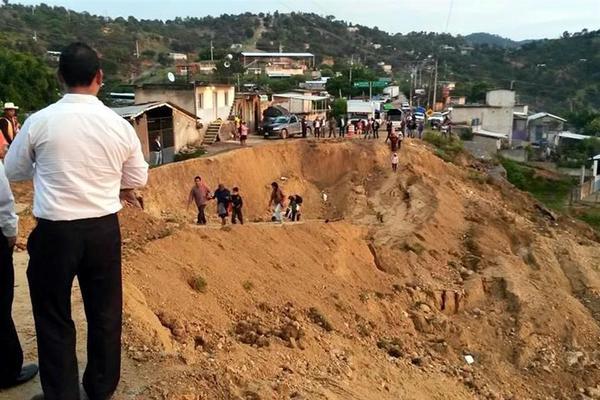 """Huracán """"Marty"""" provoca hundimiento en carretera de Guerrero - Quedan incomunicadas varias comunidades de la sierra alta de Guerrero - Foto de Twitter"""