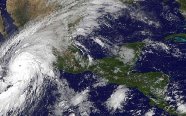 Huracán Patricia se degrada a categoría 4
