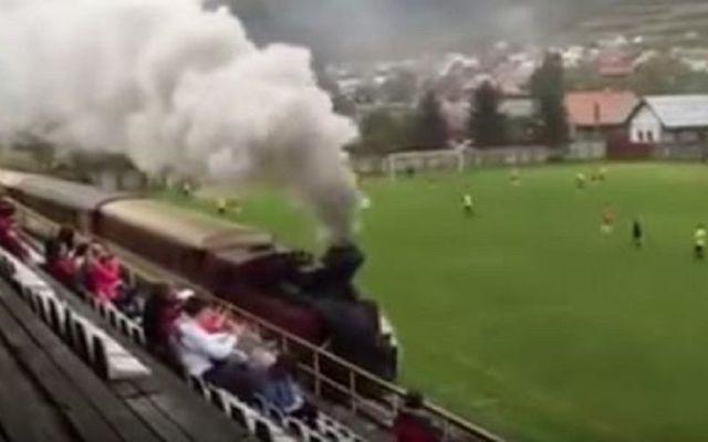 Video: tren se atraviesa en juego de futbol