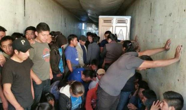 Rescatan a 114 migrantes en Coahuila - Migrantes hacinados - Foto de La Jornada