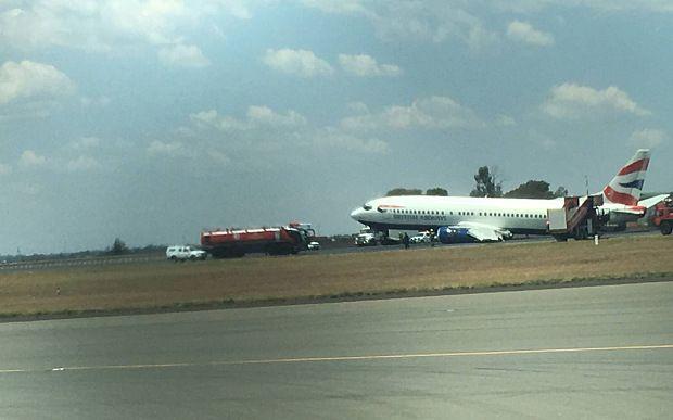 Llanta de avión colapsa al aterrizar en Sudáfrica - Foto de Telegraph