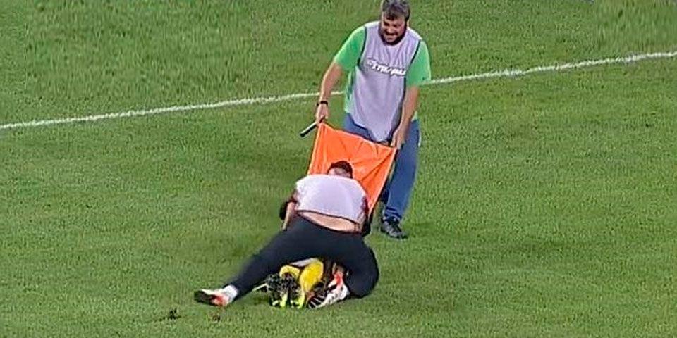 Video: camilleros dejan caer a jugador y se ríen - Foto de YouTube