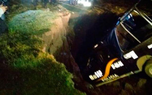 Camioneta con granaderos vuelca en Morelos - Foto de Milenio