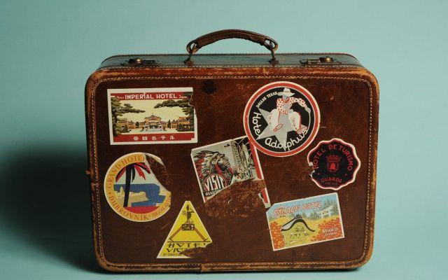 Hallan a migrante escondido en maleta - Foto de Internet