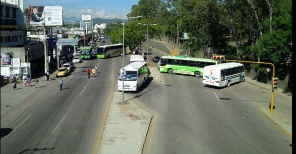 Bloquea Sección 22 carretera de Oaxaca - Cinco camiones del transporte público fueron tomados - Foto de Twitter