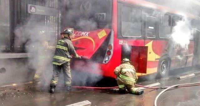 Se incendia Metrobús de la Línea 2 - Foto de la cuenta de twitter @Iberomed