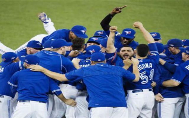 Toronto elimina a Rangers con salvamento de pitcher mexicano - Foto de AP