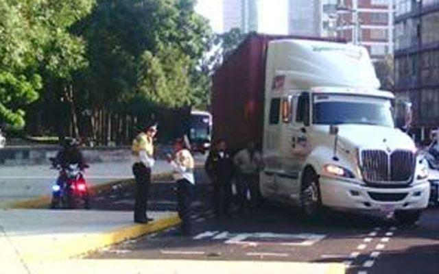 Tráiler atorado provoca caos vial en Chapultepec - Foto de @OVIALCDMX