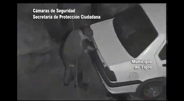 Cámaras graban a ladrón que intentó abrir un auto - Foto sacada del video