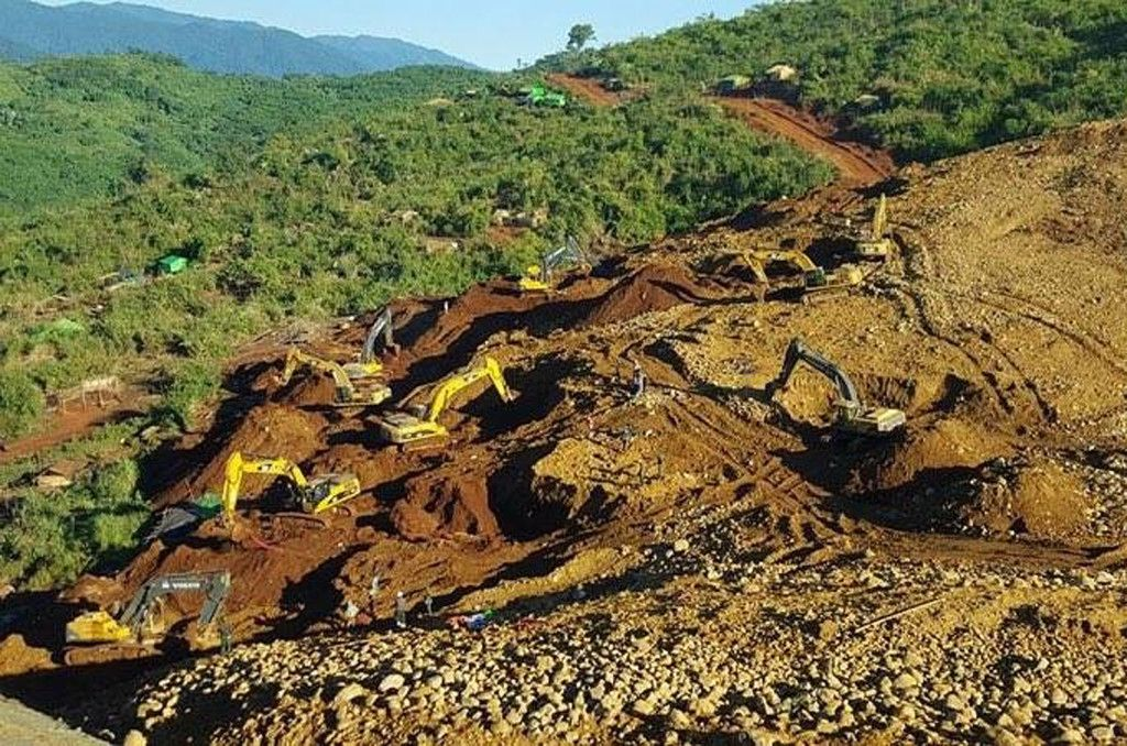 Rescue teams search for the bodies of miners killed in a landslide in a jade mining area in Hpakhant, in Myanmar's Kachin state on November 22, 2015. At least 90 people have died in a huge landslide in a remote jade mining area of northern Myanmar, officials said on November 22, as search teams continued to find bodies in one of the deadliest disasters to strike the country's shadowy jade industry.  AFP PHOTO / AFP / STR