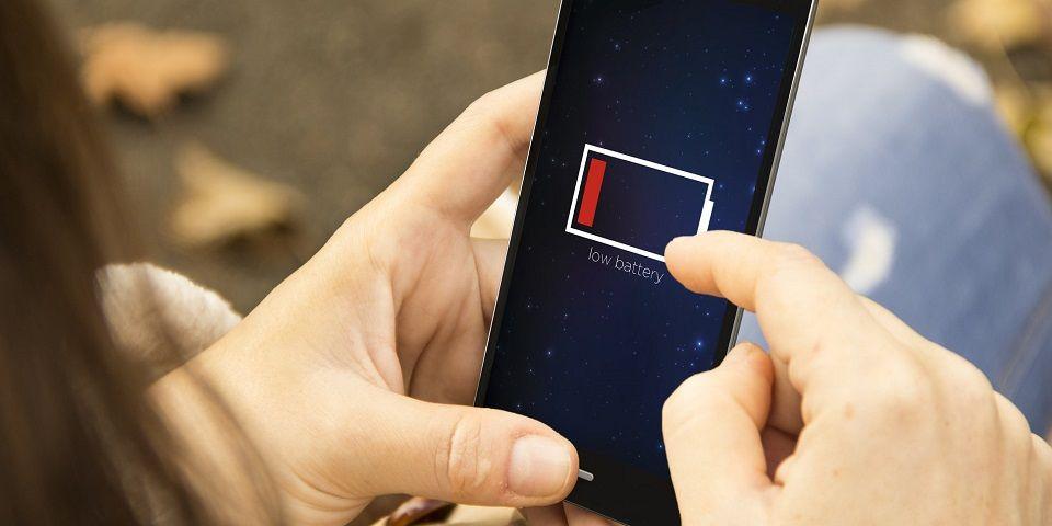 Dispositivo permitirá cargar celulares con el movimiento de los dedos