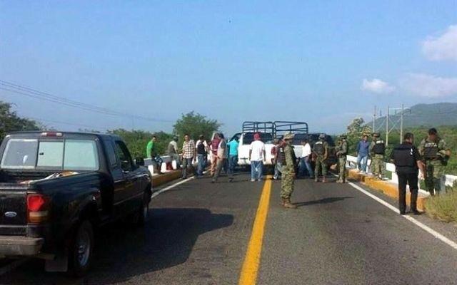 Fuerzas federales retiran bloqueos en Apatzingán - Foto de Reforma