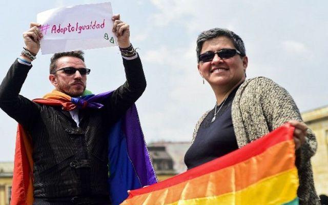 Aprueba Colombia adopción homosexual