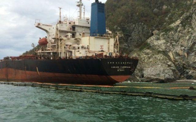 Inicia trasiego de combustible del buque 'Los Llanitos' - Foto de Notimex