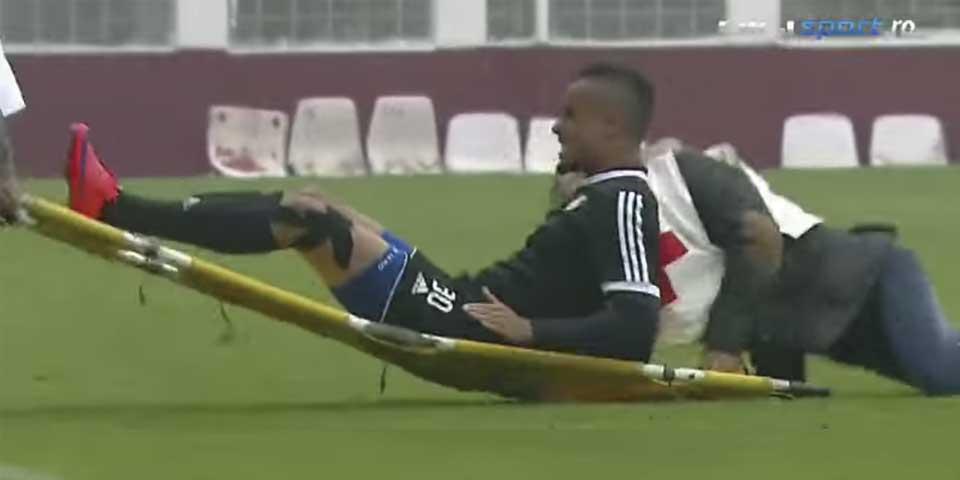Video: se lesiona y los camilleros lo dejan caer - Foto de YouTube