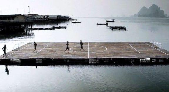 Niños tailandeses juegan futbol sobre el agua - Foto: internet