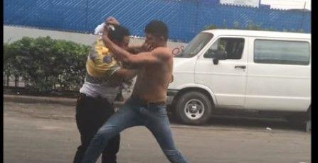 Video: hombre golpea a dos policías de tránsito - Foto de YouTube