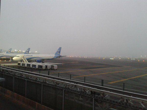 Vuelos sufren cambios en itinerarios tras banco de niebla en el AICM - Foto de @PublimetroMX